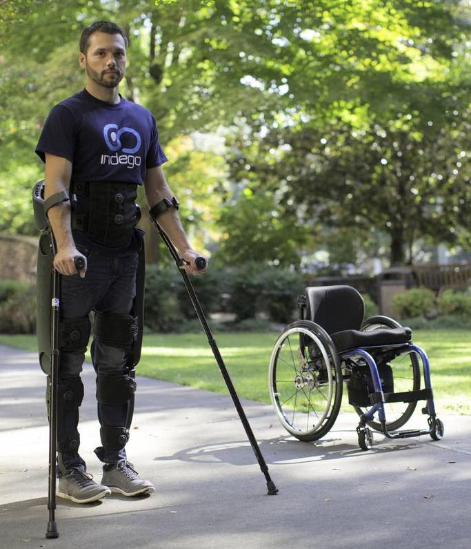 Indego exoskelet består af 5 dele, der kan monteres af brugeren siddende i sin kørestol